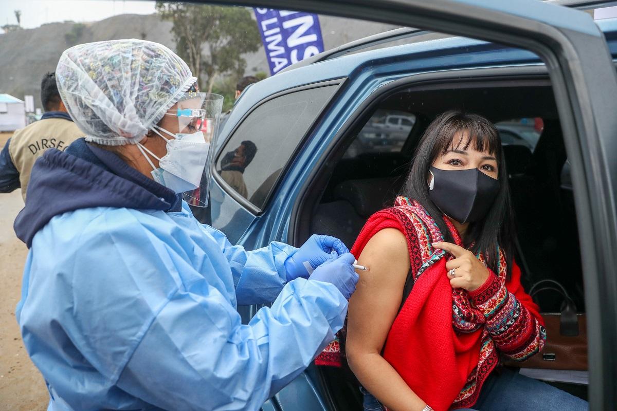 Presidenta del Congreso invoca a la población a vacunarse ya que es el mejor escudo que tenemos contra el virus.