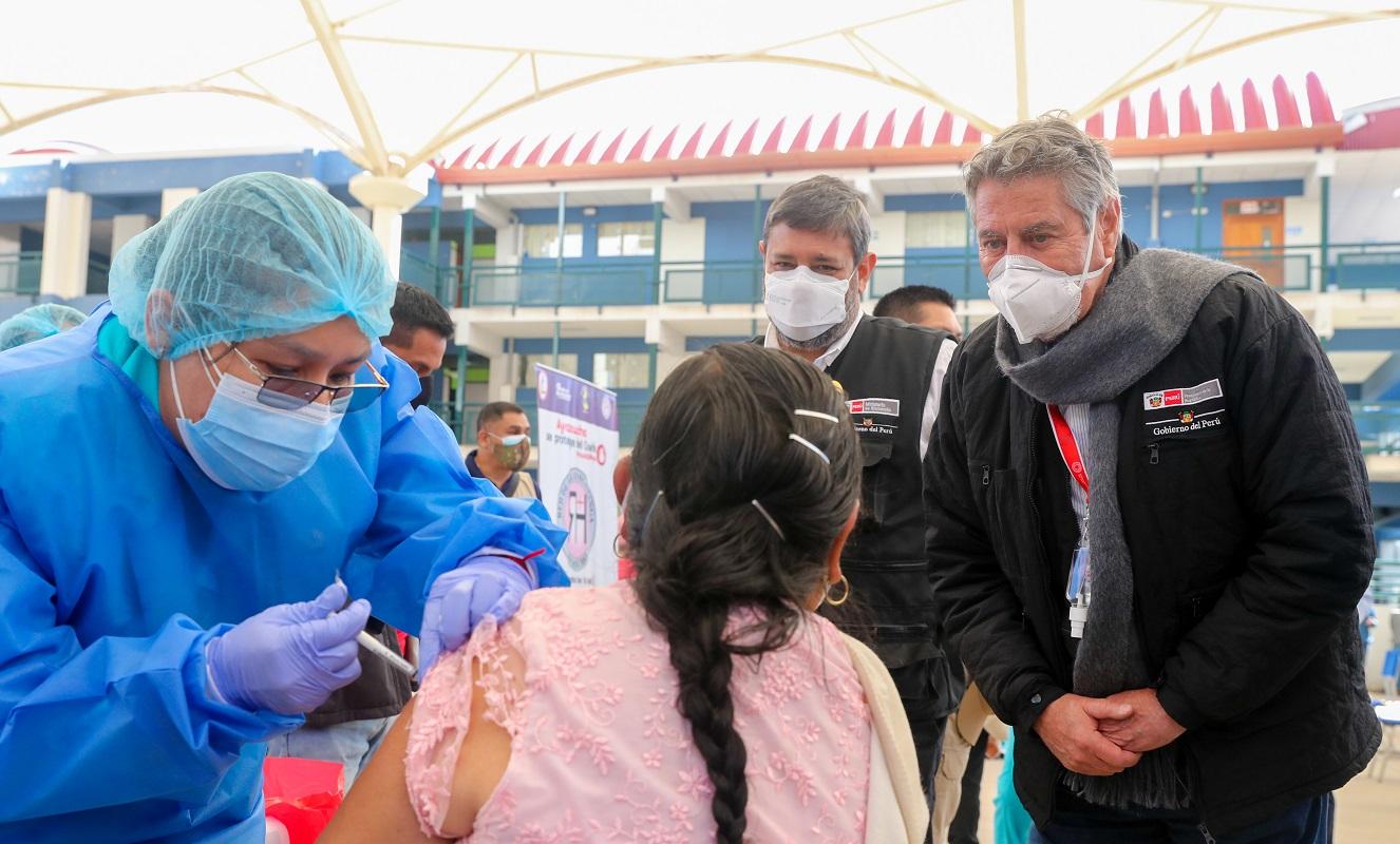 En el Día del Maestro se inicia vacunación de 185 mil docentes de zonas rurales de 18 regiones del Perú.