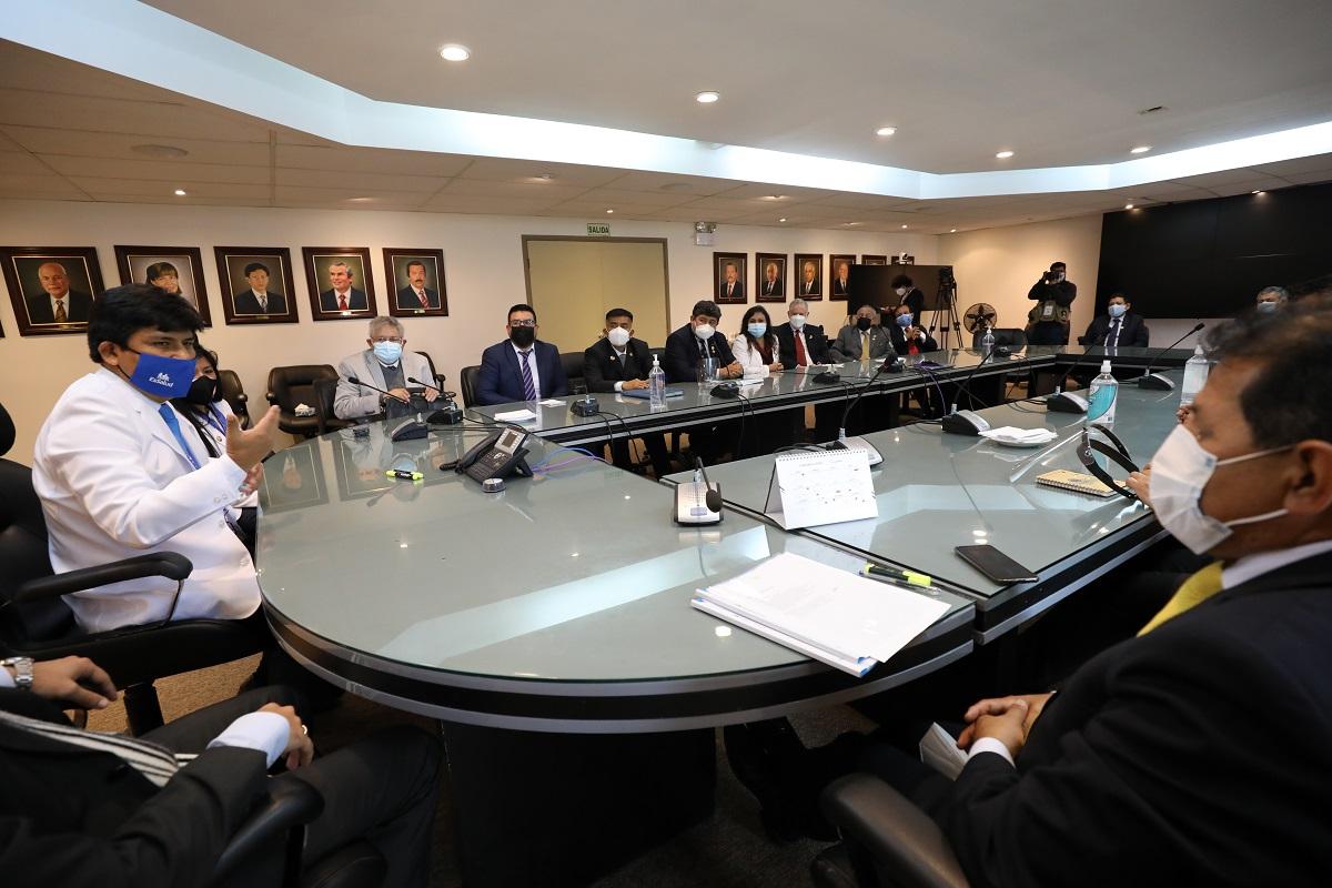 Mario Carhuapoma, presidente de EsSalud recibe el respaldo de decanos de colegios profesionales del país.