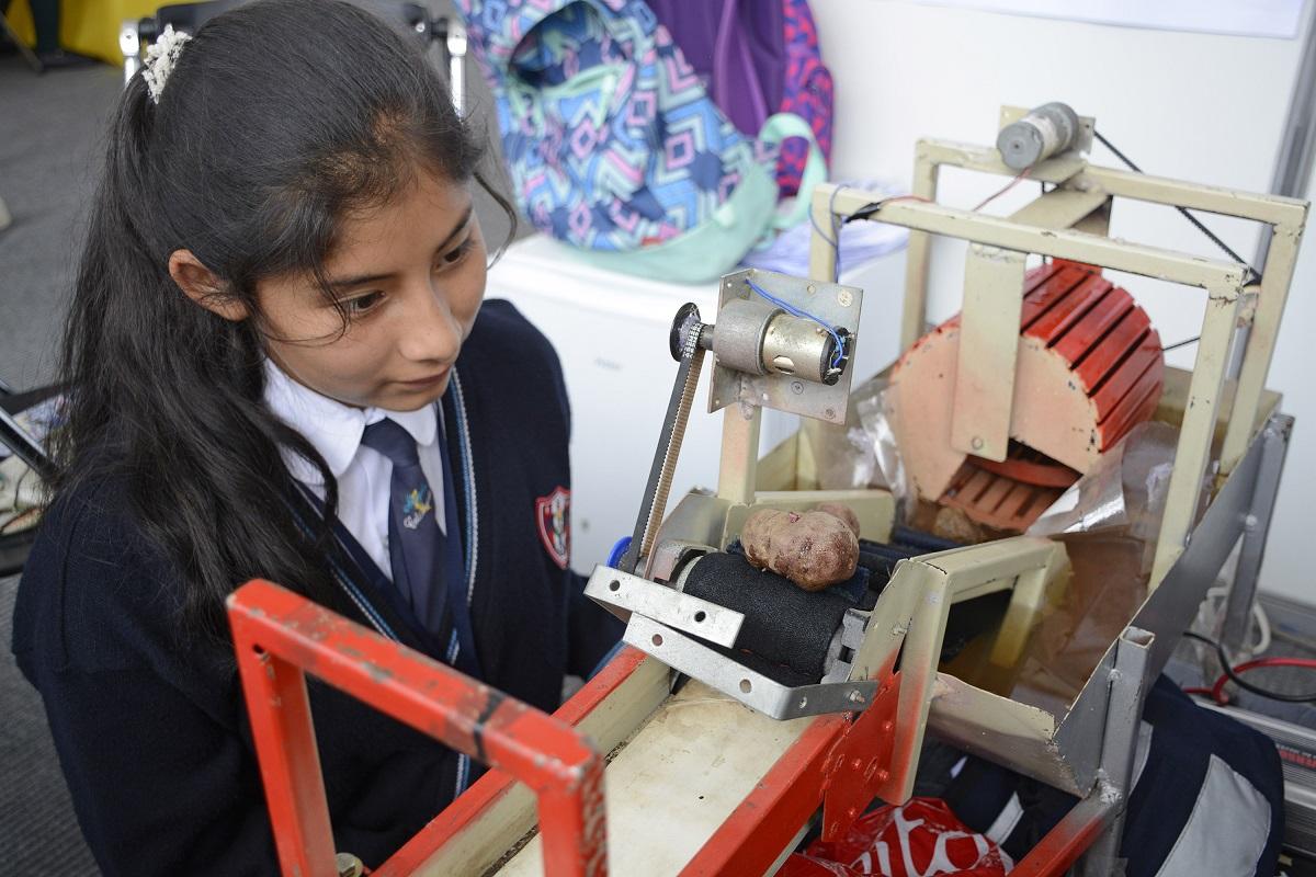 Prociencia fomenta el interés por la ciencia a estudiantes de secundaria y superior entre 15 y 18 años de edad.