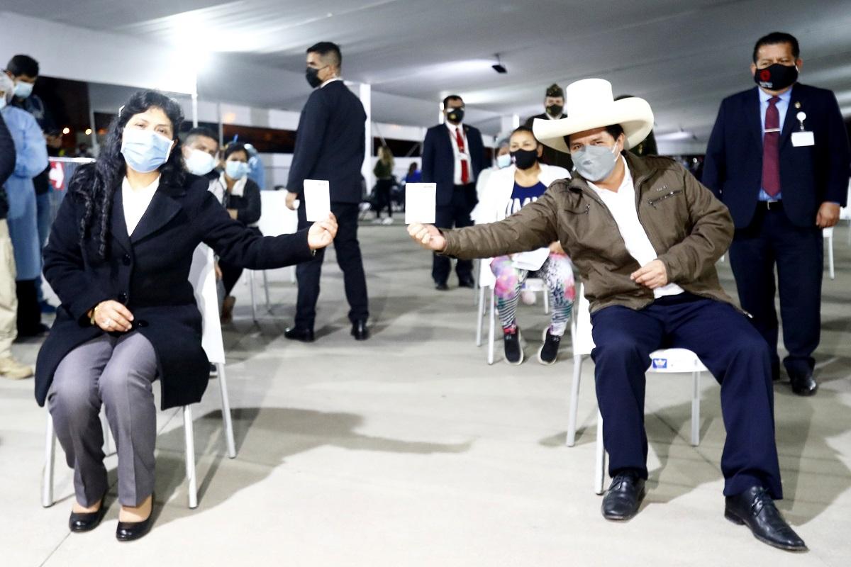 La pareja presidencial, Pedro Castillo y Lilia Paredes, fueron inoculados con segunda dosis de la vacuna contra la Covid-19.