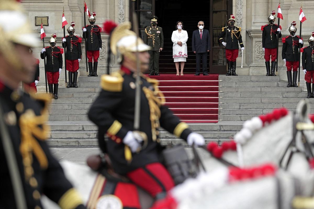 Dina Boluarte, vicepresidenta encargada del despacho presidencial encabezó el cambio de guardia de Palacio de Gobierno.