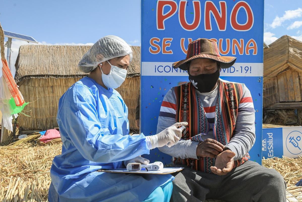 Pobladores de las islas Los Uros del lago Titicaca en Puno son vacunados contra la Covid-19 indicó EsSalud.