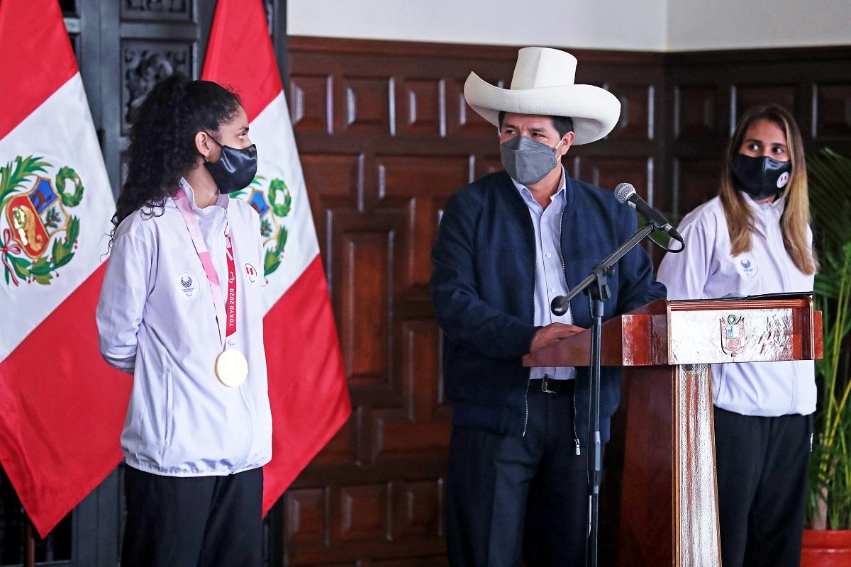 Presidente Castillo en homenaje a medallista de oro nacional Angélica Espinoza, promete desterrar la discriminación deportiva.